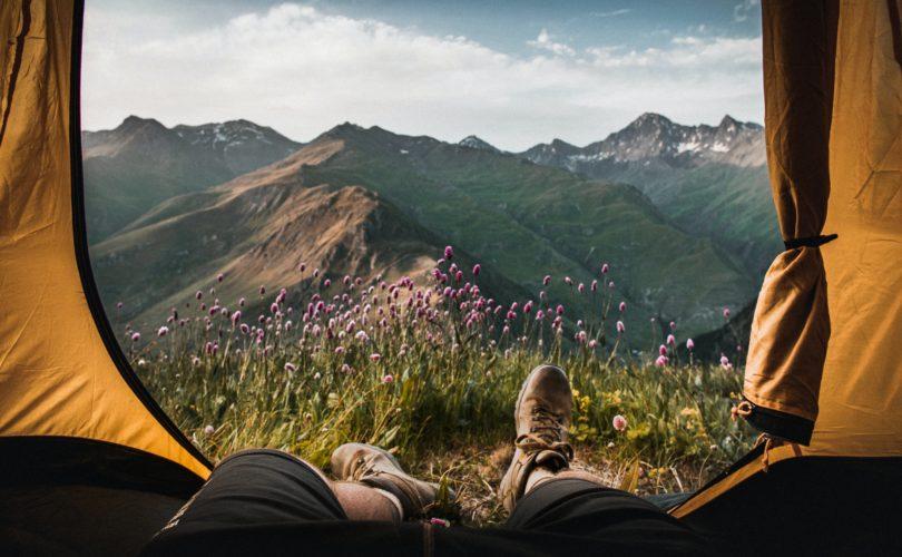 En quoi le camping est-il une bonne option pour des vacances en France ?